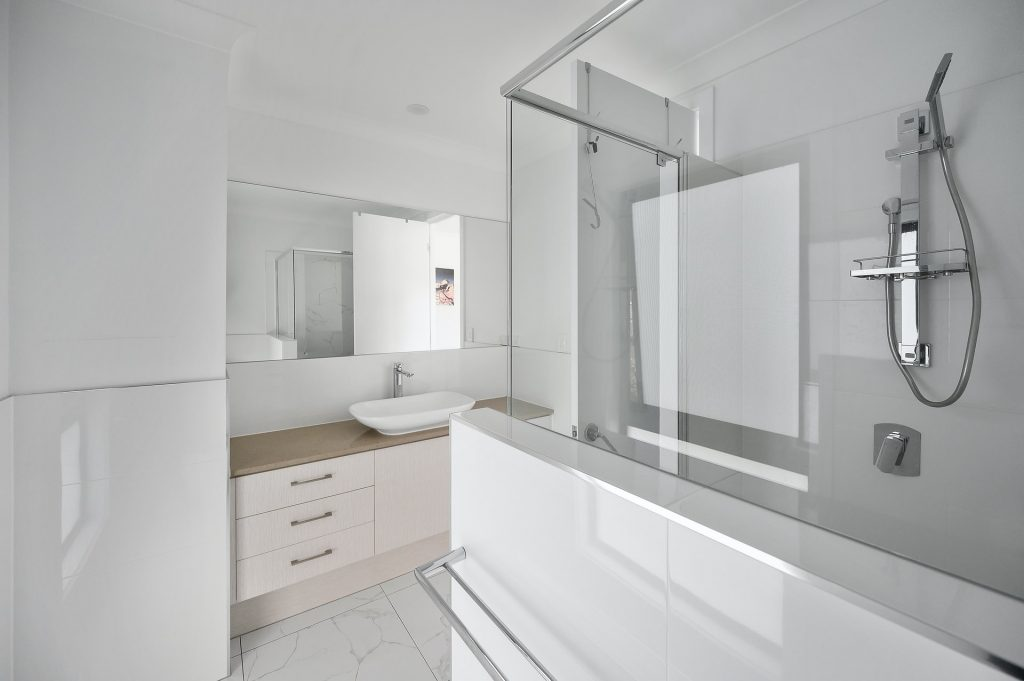 Choosing the right shower curtain rod for your bathroom, Zazzy Home
