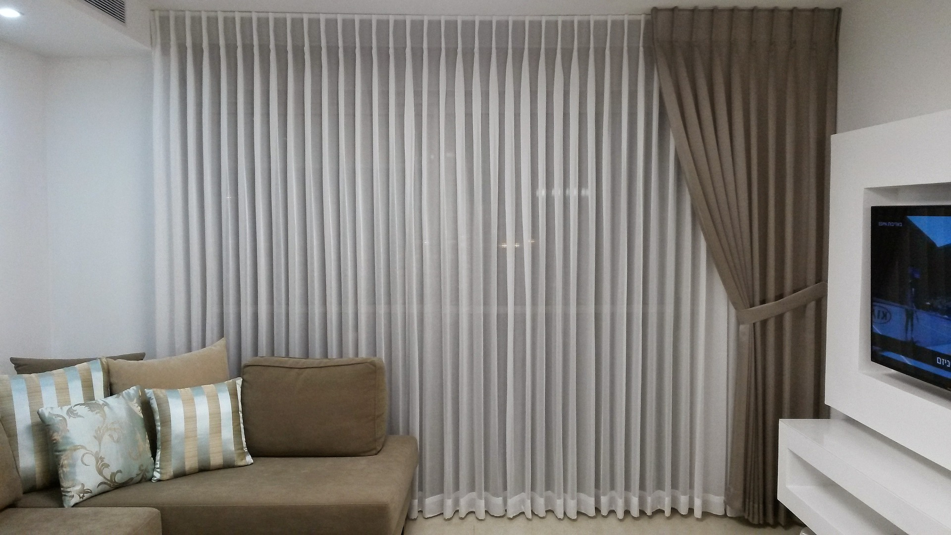 How to hang living room curtains, Zazzy Home